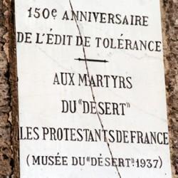 Plaque complémentaire apposée 50 ans plus tard pour célébrer les martyrs du Désert.