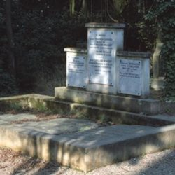 Pierres tombales entourées d'un muret