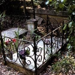 Tombes entourées d'une grille