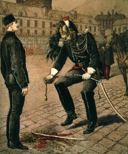 Dreyfus est dégradé dans la cour de l'École Militaire