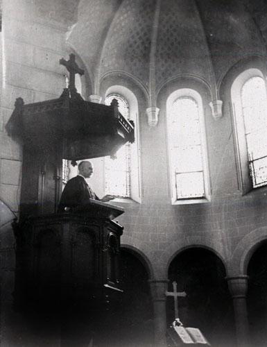 Pasteur Marc Boegner prêchant dans le temple de Passy-Annonciation, Paris