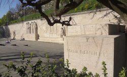 Inscription du nom de Marie Dentière sur le Mur des Réformateurs à Genève,