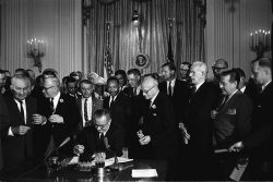 Signature du Civil Rights Act par Lyndon Baines Johnson le 2 juillet 1964