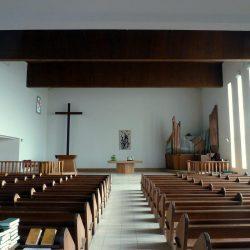 <i>Intérieur – vue sur le chœur et l'orgue – Temple de Royan</i>